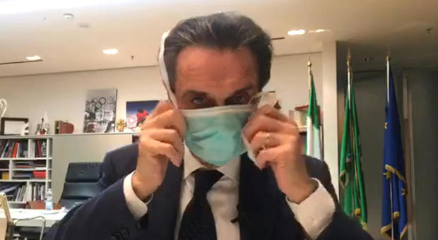 Il governatore Fontana indossa la mascherina
