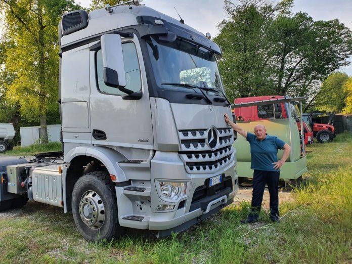 Luigi Suanno vicino ai suoi camion
