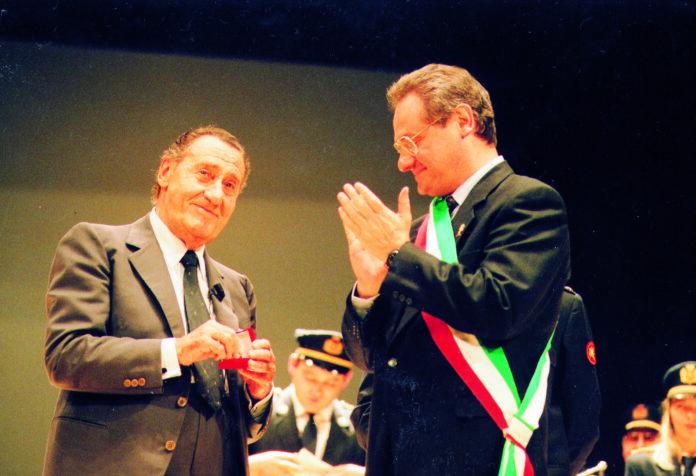 Sordi riceve la Scarpina d'oro dall'allora sindaco Bonecchi