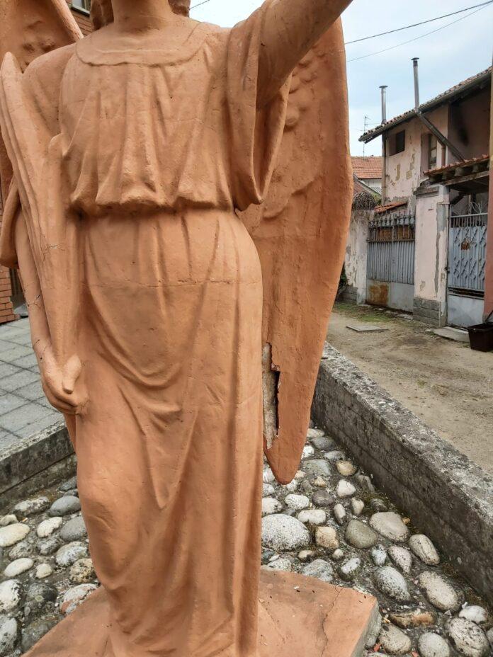 L'angelo danneggiato dai vandali