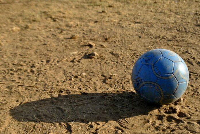 pallone calcio terra battuta