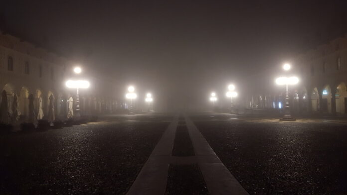 Vigevano Piazza Ducale nebbia 0