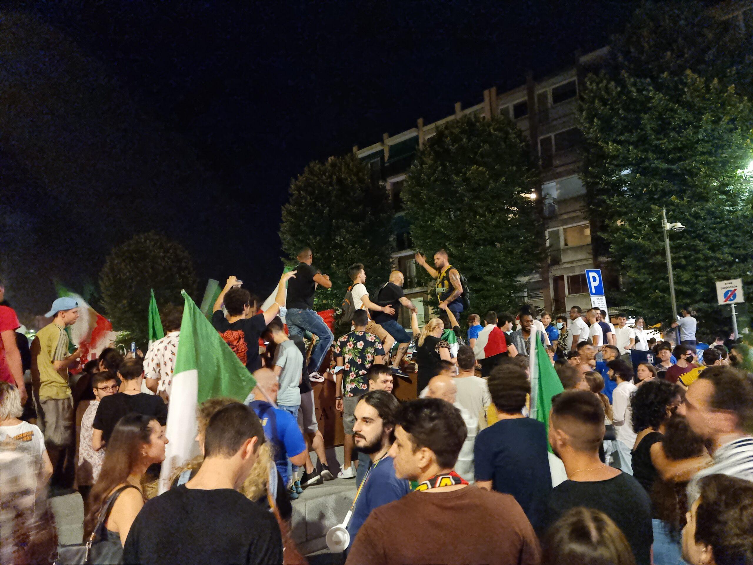 21 SPORT Euro 2020 - folla piazza sant'ambrogio